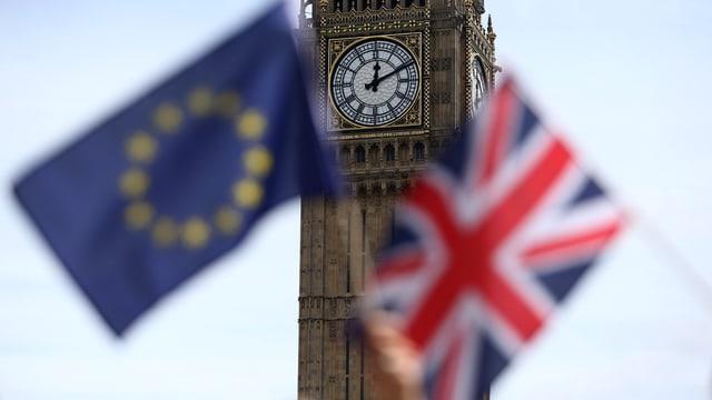 Der Tower of London, davor eine Europa und eine Grossbritannien-Flagge.