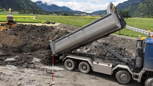 Lastwagen auf Deponie
