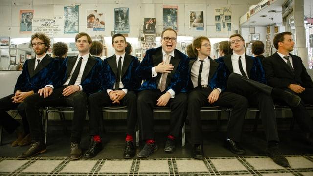 Die 7-köpfige Soulband sitzt auf einer Bank