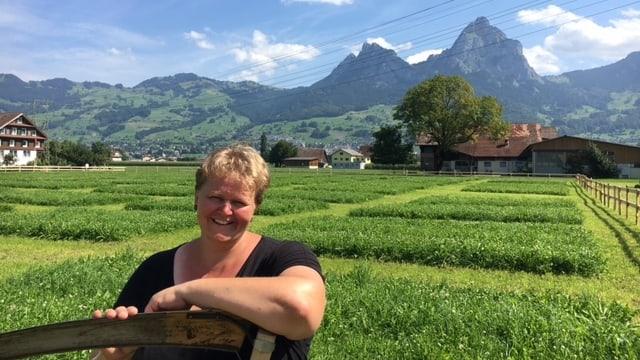Die amtierende Europameisterin im Handmähen, Margrit Föhn, auf dem Wettkampfgelände in Ingenbohl