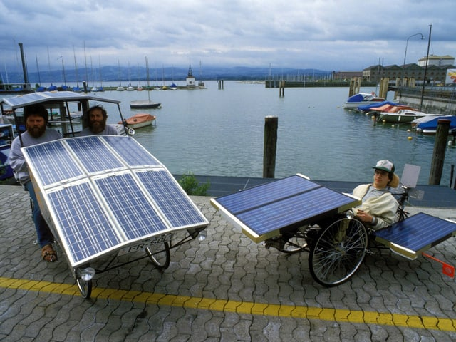 Zwei Fahrzeuge mit Solarpanels