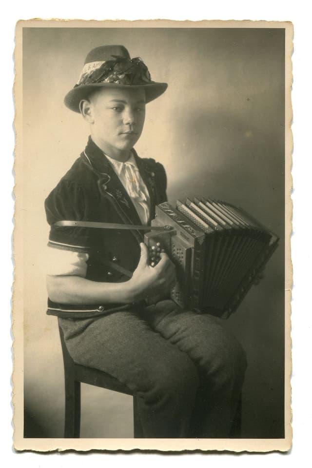Lorenz Giovanelli mit Schwyzerörgeli, Schwarz-Weiss-Bild.