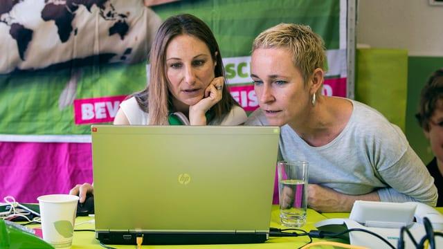 Zwei Frauen schauen in ein Laptop-Monitor