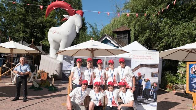 Represchentants da Grischun vacanzas ensemen cun Engiadina, Scuol, Samignun, Val Müstair ed il Olympia Bob Run da San Murezzan-Schlarigna stattan davant lur stan a Rust en l'Europa-Park.