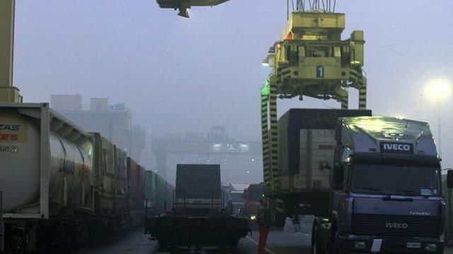 Ein Lastwagencontainer wird auf einen Zug verladen.