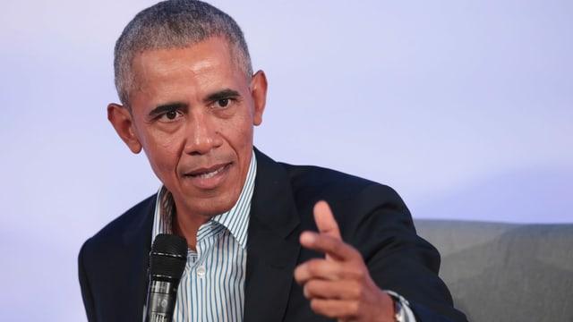 Barack Obama zeigt mit dem Finger.