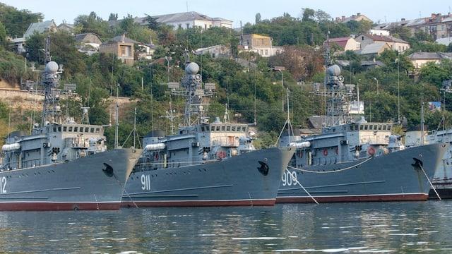 Drei russische Marineschiffe im Hafen von Sewastopol.