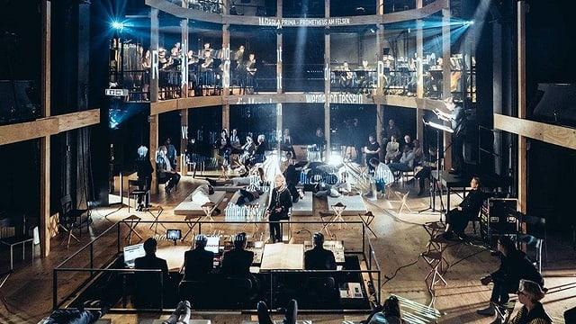 Holzbühne - mit Orchester und Publikum.