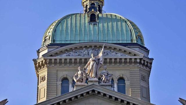 Die Helvetia vor der Kuppel des Bundeshauses.