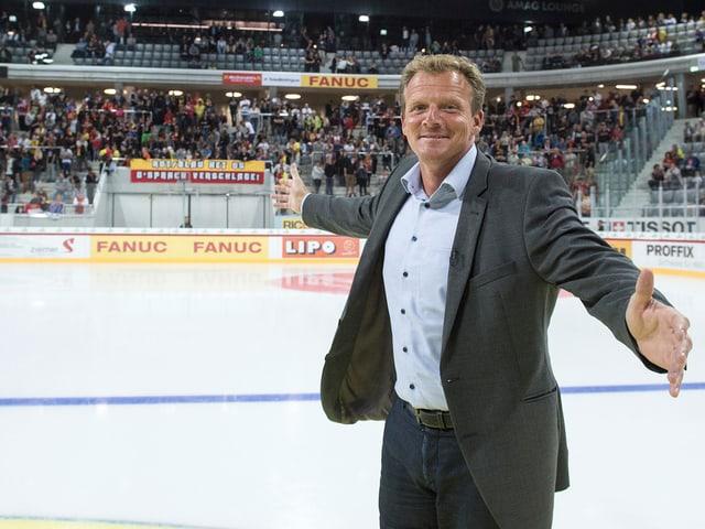 Kevin Schläpfer auf dem Eis in der neue Arena.
