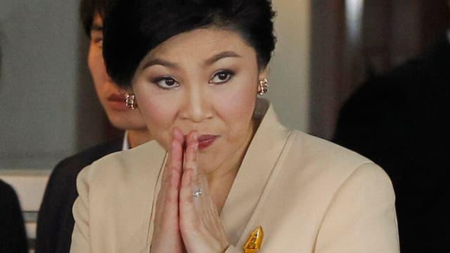 Premierministerin Yingluck Shinawatra beim thailänsischen Gruss.