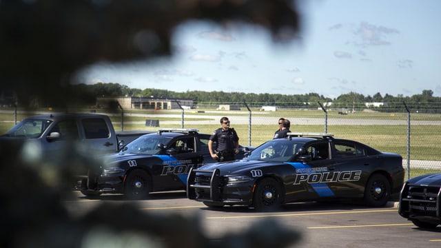 Polizeiautos und Polizisten.