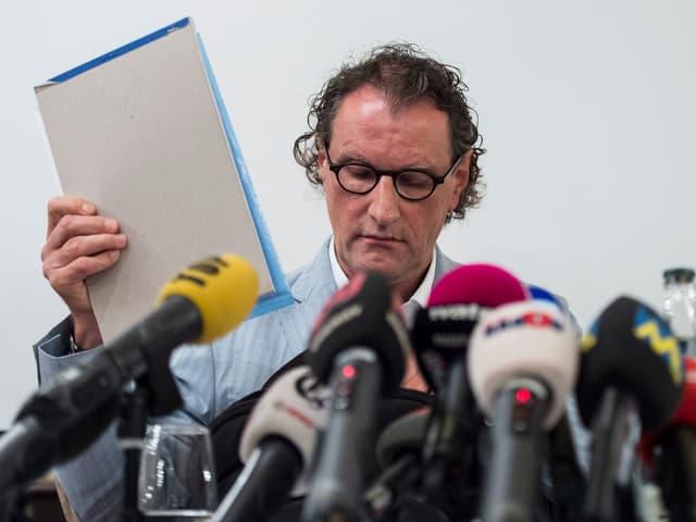 Geri Müller an der Pressekonferenz.