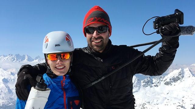 Ein Mann mit Kamera und ein junger Mann in den Bergen.