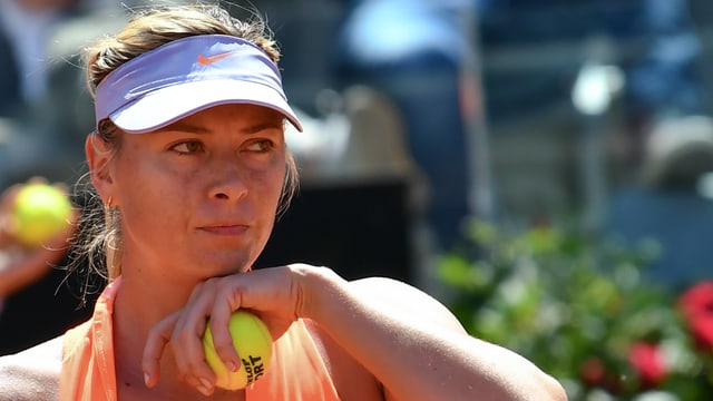 Scharapowa mit Tennisball in Hand