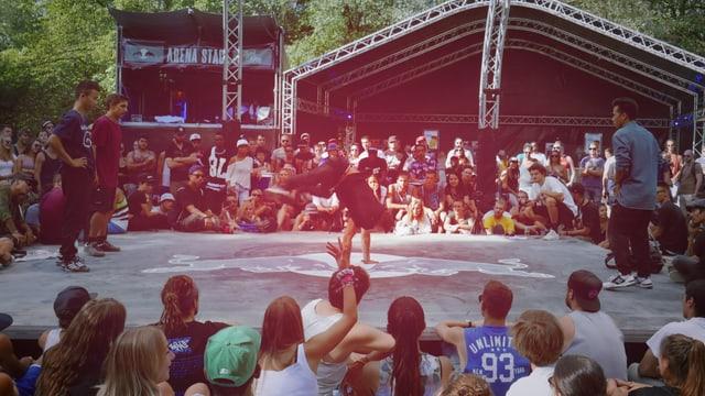 eine Arenaförmige Bühne, umringt von Menschen die ein Breakdance Battle verfolgen