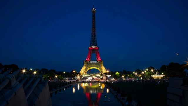 Eiffelturm zeigt Flagge
