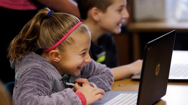 Immer wichtiger in Zürcher Klassenzimmer: Schulkinder arbeiten am Computer.