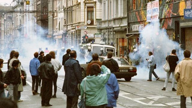 Strassenschlacht-ähnliche Szene an einer Demonstration im Jahre 1989.