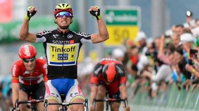 Peter Sagan giubilescha tar sia victoria al Tour de Suisse.