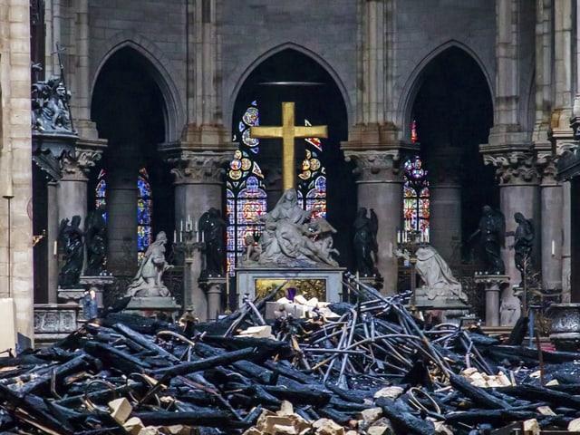 Trümmern in der Notre-Dame.