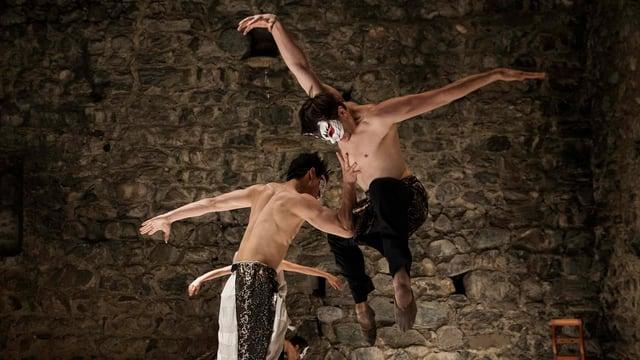 Scena or dal teater da saut da Yuka Oishi tar la legenda da Giusep.