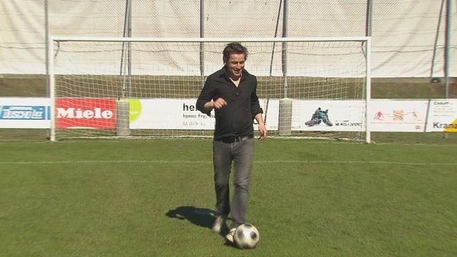 Arno Camenisch cun il bal avon il gol.