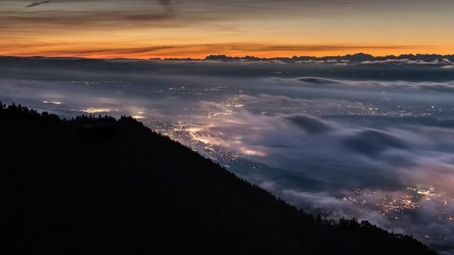 Blick vom Grenchenberg auf dünne Nebelfelder am Jurasüdfuss. Die Lichter sind durchscheinend.