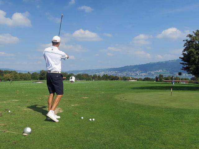 Golfer Zeno Felder beim Abschlag.