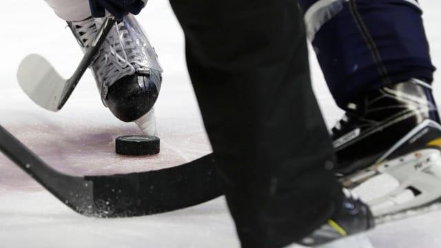 Purtret da chalzers da hockey durant in gieu.