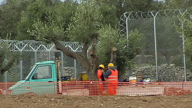 Zäune und Bauarbeiter.