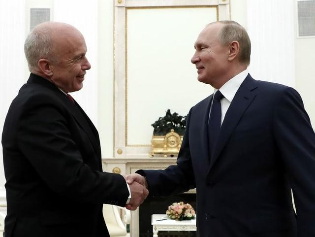 Ueli Maurer (links) und Wladimir Putin (rechts) schütteln sich die Hand.