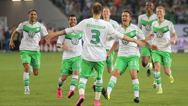 Die Profis des VfL Wolfsburg bejubeln den Sieg im Supercup gegen Bayern München.
