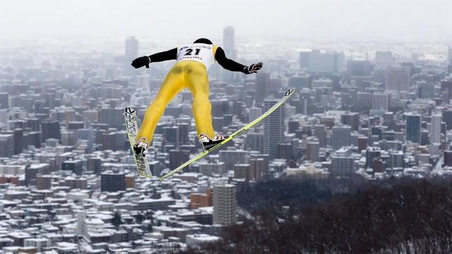 Gregor Deschwanden fliegt der Olympiastadt von 1972 entgegen.