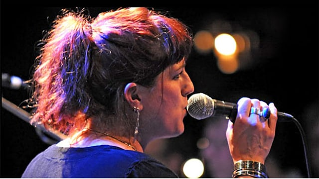 Chessy Weaver, Frontfrau bei Phon Roll, 2010 auf Comeback Tour.