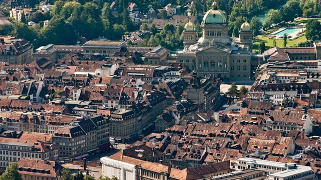 Luftaufnahme der Berner Altstadt mit dem Bundeshaus.