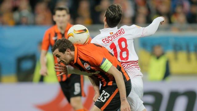 Darijo Srna hat den Ball im Nacken.