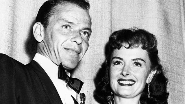 Frank Sinatra und Donna Reed halten Oscar in den Händen.
