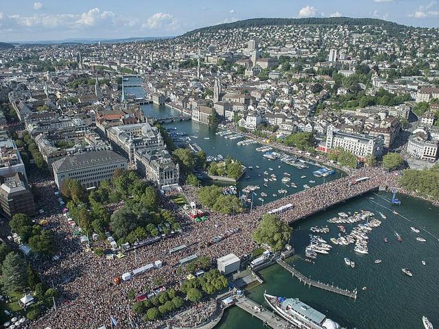 Foto von oben: Zürcher Seebecken an der Street Parade