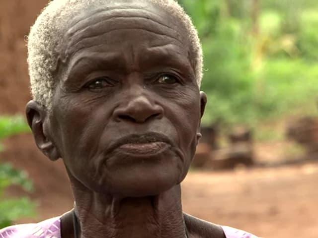 Ältere Frau mit weissen Haaren.