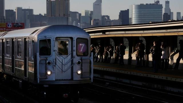 Subway, im Hintergrund die New Yorker Skyline.