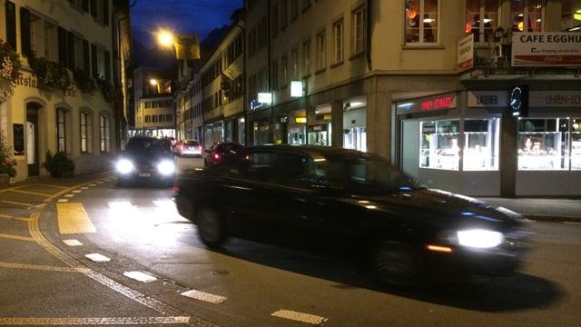 Dorfzentrum von Altdorf mit durchfahrenden Autos