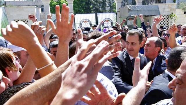 Assad von Anhängern umgeben.