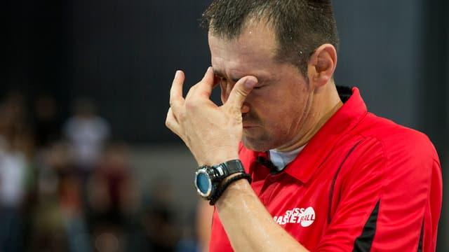 Trainer Petar Alexic wirkt ratlos.