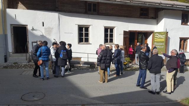 "Jauers emigrads turnan en la Val Müstair en occasiun da l'eveniment ""Ils Jauerins"", quia davant il Muglin Mall."