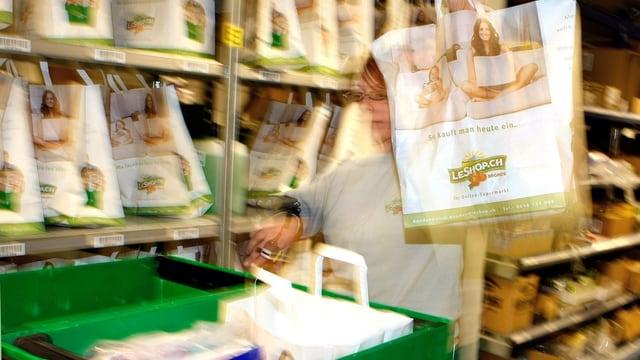 Eine Angestellte macht Bestellungen von Leshop.ch bereit.