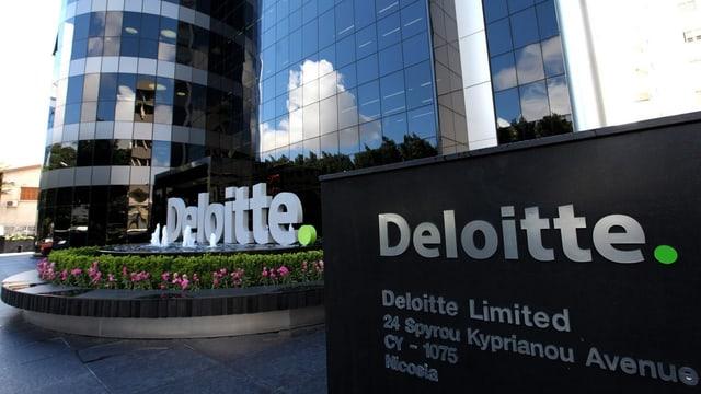 Das Hauptquartier des Wirtschaftsprüfers Deloitte in Nikosia, ein silbriger Turm.