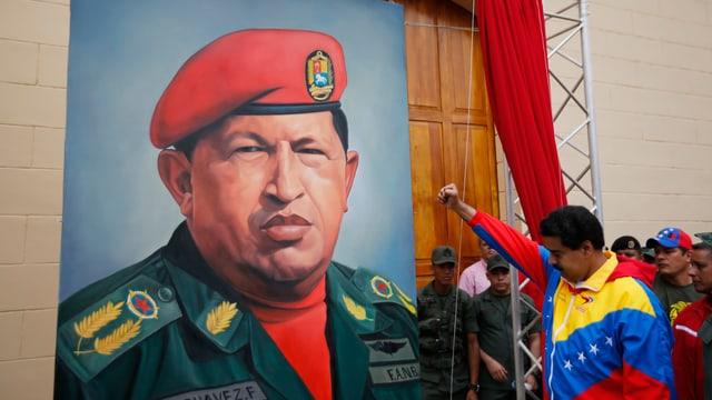 Maduro salutiert vor einem Chavez-Porträt