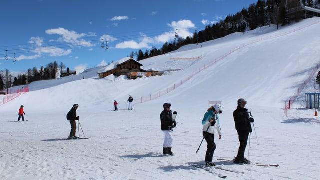 Skifahrer auf einer Skipiste.