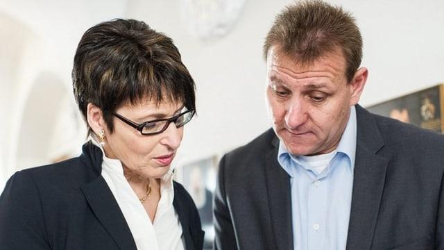 SVP Regierungsratskandidatin Inge Schmid verfolgt die Wahlresultate während der Wahlveranstaltung zum neuen Regierungsrat von Appenzell Ausserrhoden.